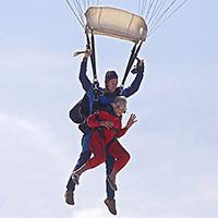 Stulatka z RPA skacze ze spadochronem